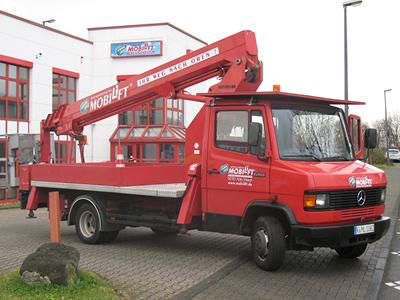LKW-Arbeitsbühne / Hubsteiger mit einer Arbeithöhe 22 Meter mieten. Seitl. Reichweite 12 Meter, Tragkraft max. 200kg