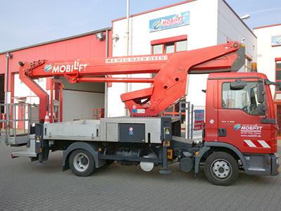 LKW-Arbeitsbühne / Hubsteiger mit einer Arbeithöhe 30 Meter mieten.
