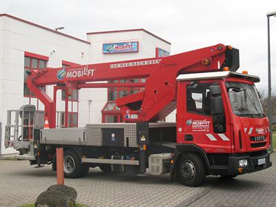 Selbstfahrende LKW-Teleskop-Arbeitsbühne ✅Arbeitshöhe 30 Meter ✅Tragkraft 320 kg ✅Stützenüberwachung  ✅Jetzt reservieren ☎ 0221 - 888 110 200