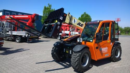 Allradantrieb und Schnellwechselvorrichtungen ✅5,60 m Hubhöhe ✅Tragkraft 2.500 kg ✅Verschiedene Anbaugeräte. ✅Jetzt reservieren ☎ 0221 - 888 110 200