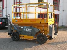 Allradbetrieben ✅12,06 m Arbeitshöhe ✅Traglast 450 kg ✅Große Plattform ✅Sicherer Stand  ✅Jetzt reservieren ☎ 0221 - 888 110 20